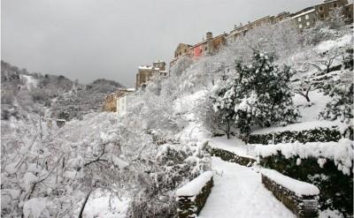 village corse sous la neige
