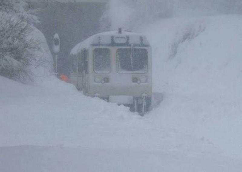 petit train bravant la neige