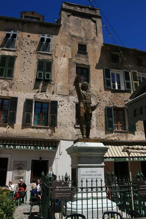 la place Gaffori avec la maison meurtrie par les boulets génois